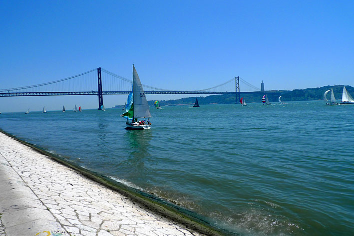 Rio Tejo, sailing boats and the Ponte 25 de Abril